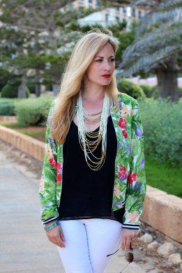 http://jennyontheblogmode.com/2014/05/15/comment-porter-une-veste-teddy-a-motif-tropical-et-rester-feminine/