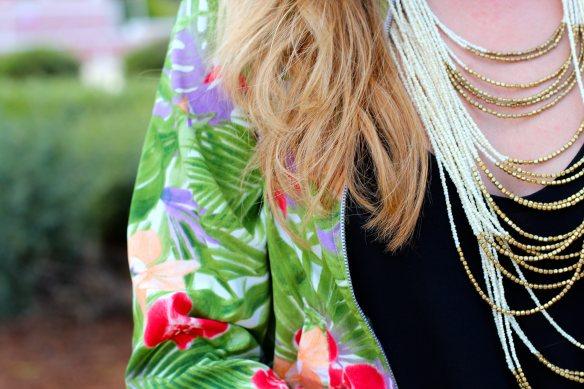 Comment porter une Veste Teddy à motif Tropical et rester Féminine. 4
