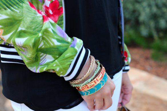 Comment porter une Veste Teddy à motif Tropical et rester Féminine. 5